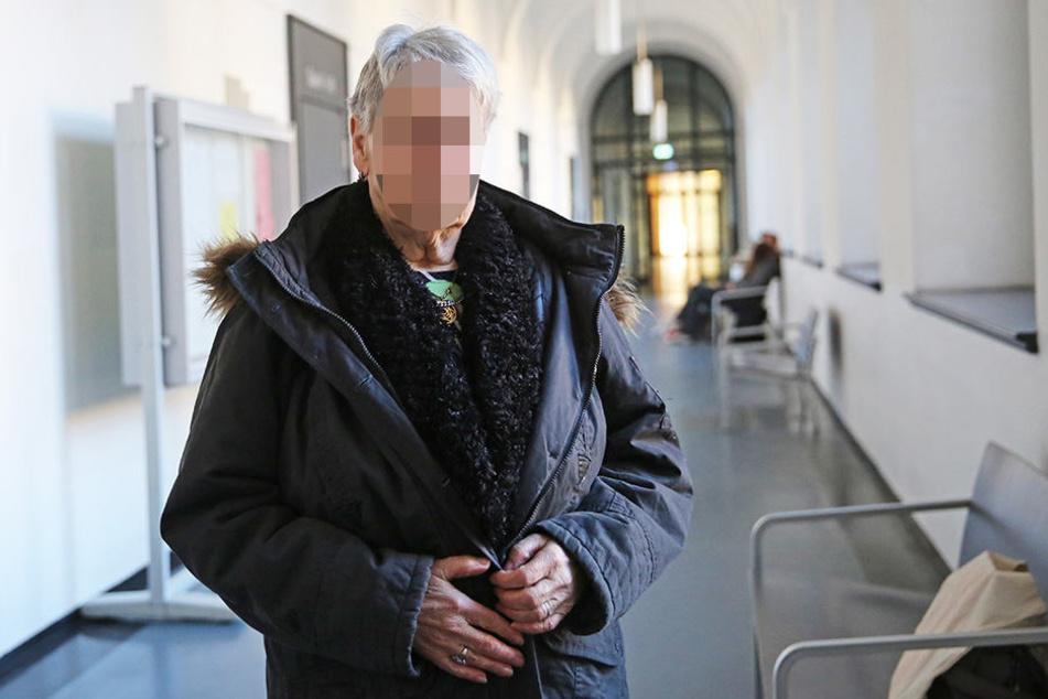 Oma Monika H. (76) ist sauer auf ihre Enkelin.