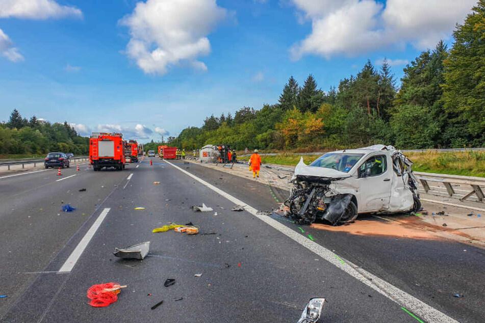 Auf der A5 sind nach dem heftigen Unfall Trümmer auf der ganzen Fahrbahn verteilt.