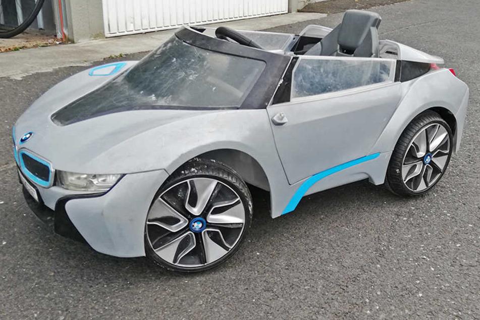 Das Auto ist ein Spielzeuggerät zum Draufsitzen und fährt mit Elektroantrieb.
