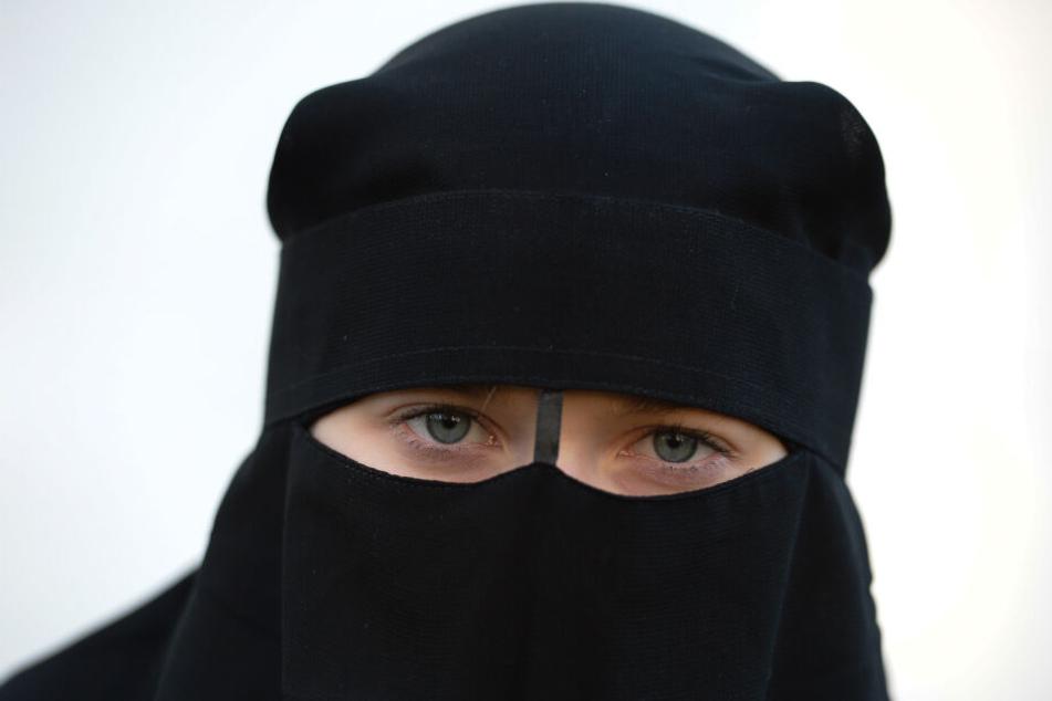 Eine Frau trägt einen Niqab, also einen Gesichtsschleier, der von einigen muslimischen Frauen getragen wird.