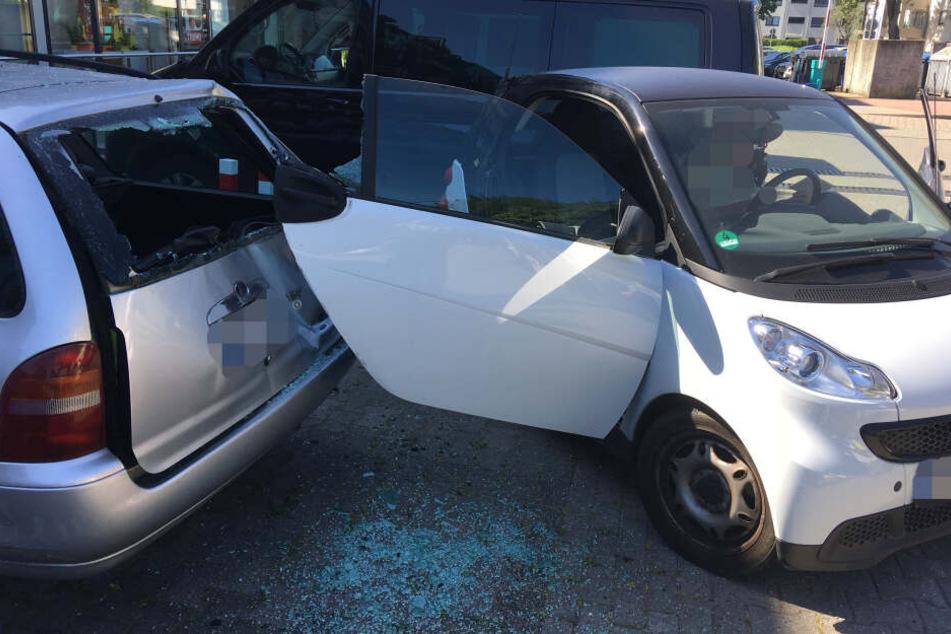 Beim Versuch des Ausparkens krachte der Smart in zwei geparkte Autos.