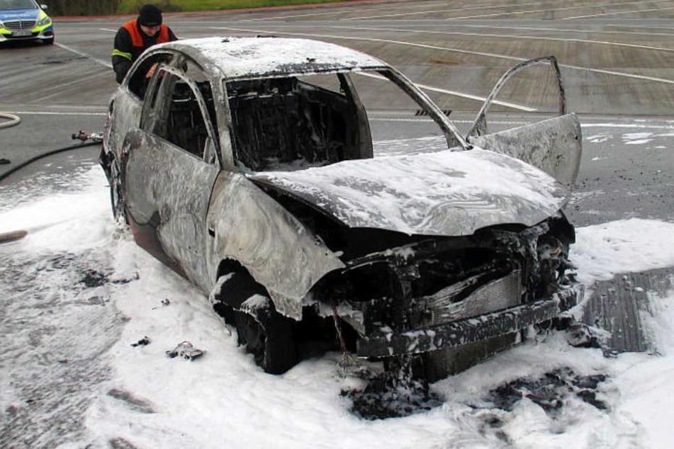 Das Auto der jungen Frau brannte komplett aus und erlitt Totalschaden.