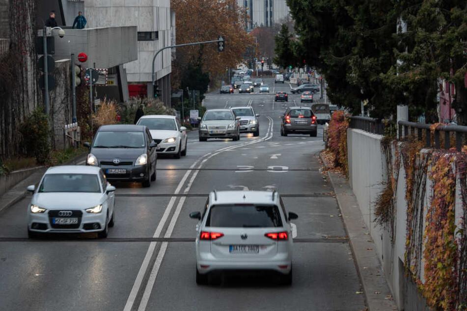 In der Hügelstraße und am City-Tunnel haben ältere Diesel-Autos ab Mitte nächsten Jahres Fahrverbot (Symbolbild).