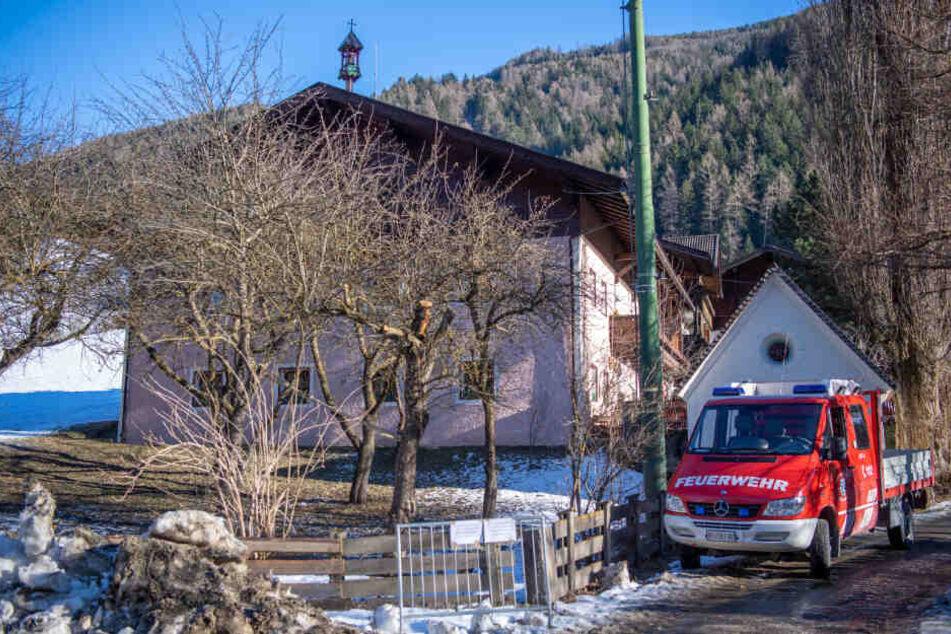 Ein Auto der Feuerwehr steht an dem Hotel, in dem Personen, die bei dem Unfall mit sechs Toten ums Leben gekommen waren, gewohnt hatten.