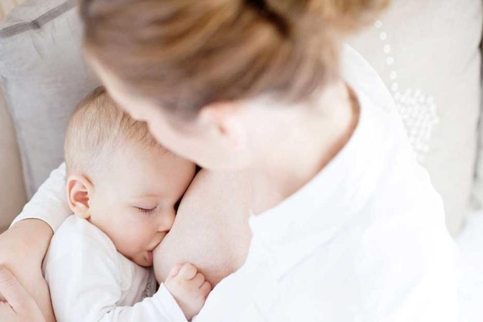Vor allem stillende Mütter klagen häufig über Brustschmerzen und gereizte Nippel.