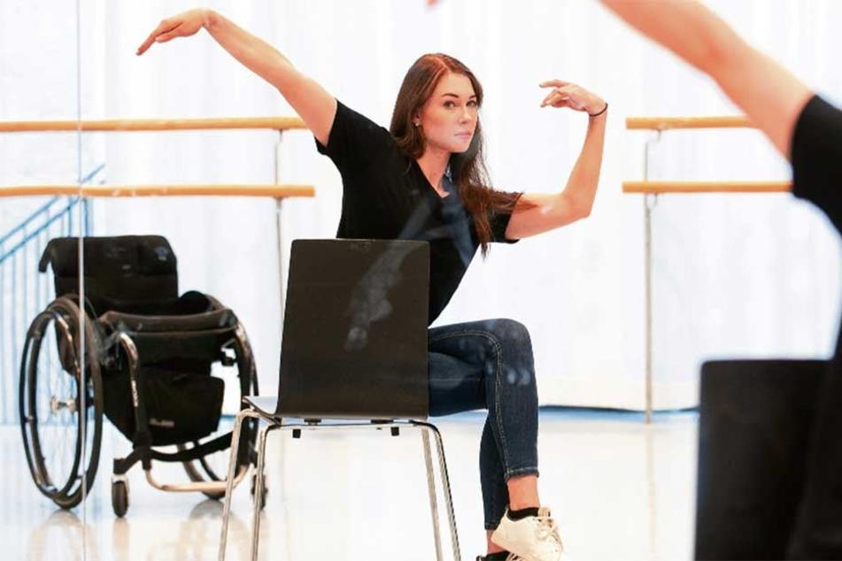 Tanzen geht für Sophie auch im Sitzen: Auf einem Stuhl sitzend übt die gelähmte Palucca-Schülerin für ihre Abschlussprüfung. Der Rollstuhl ist immer in Reichweite.