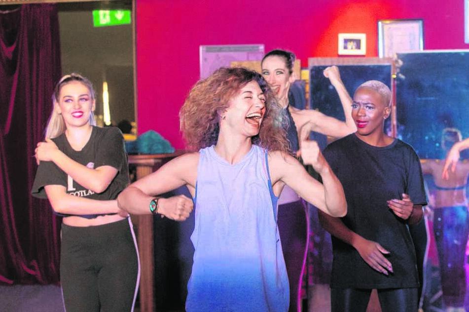 Ballettprobe im Foyer - wo sich bald die Gäste am Einlass drängen, trainieren die Tänzer noch fleißig die Choreografie.