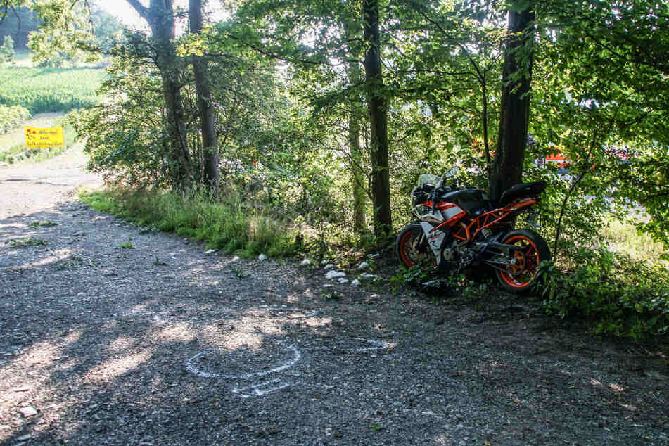 Der tödliche Unfall ereignete sich auf der L1177 in einem Waldstück bei Weissach im Kreis Böblingen.