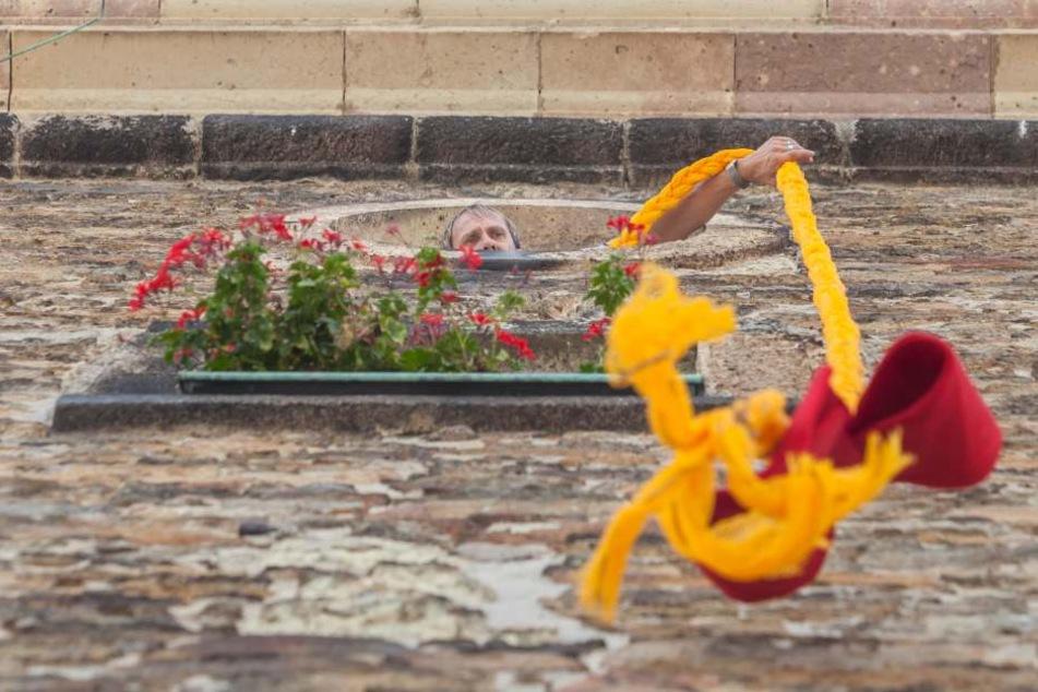 """Als Vorschau auf das Internationale Märchenfilm Festival """"Fabulix"""" wurde ein Rapunzelzopf am Turm der St. Annen Kirche befestigt."""