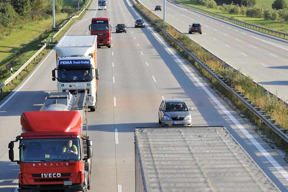 Der Lastwagen soll auf dem Weg zu einem LKW-Park in Belgien gewesen sein, um die Flüchtlinge nach Großbritannien zu schmuggeln. (Symbolbild)