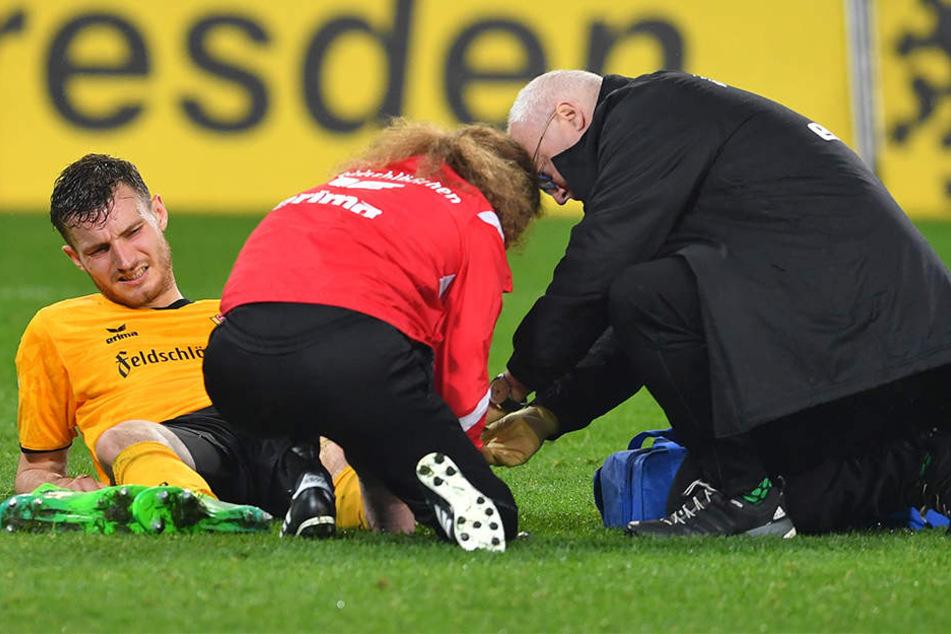Am 5. Mai gegen 1860 München verletzte sich Florian Ballas schwer, wurde sofort von Doc Tino Lorenz (r.) und Physio Tobias Lange behandelt. Die aktuelle Verletzung ist dagegen nicht dramatisch.