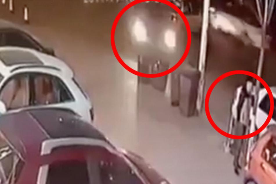 Hier rast ein Auto auf einen Fußgänger zu! Was dann passiert, ist unfassbar
