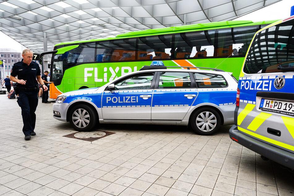 Polizeiautos stehen neben einem Reisebus des Anbieters Flixbus. (Symbolbild)