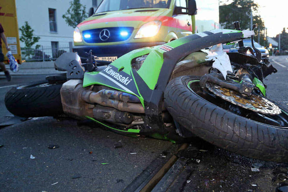 Junger Biker knallt in Postauto! Schwer verletzt