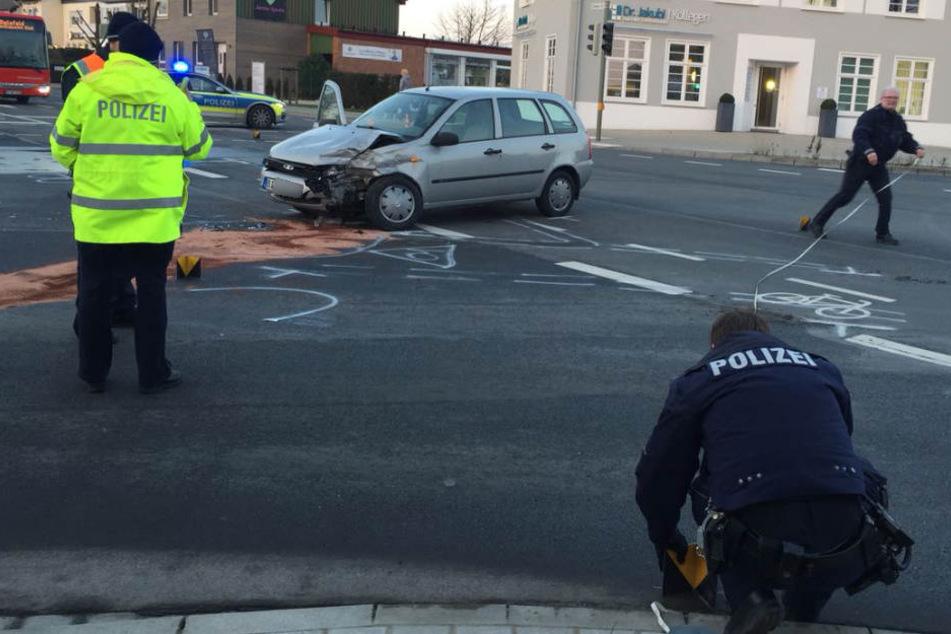 Die Polizei sperrte die Kreuzung während der Unfallaufnahme.