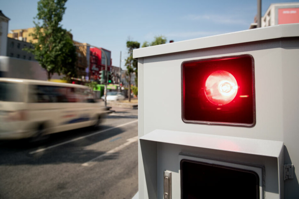 Mit einem selbstgebauten Blitzer, der nicht funktionierte, wollte der Kölner die Autofahrer ausbremsen. (Symbolbild)