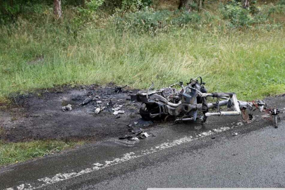 Der ausgebrannte Roller am Unfallort.