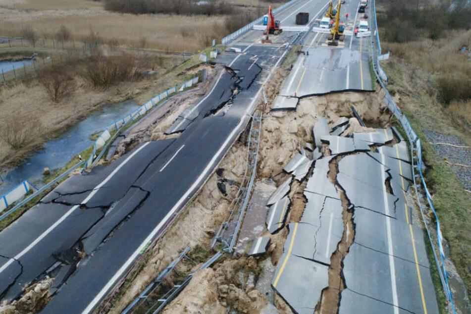 Gut zu erkennen: Die abgesackte Autobahn 20 bei Tribsees.