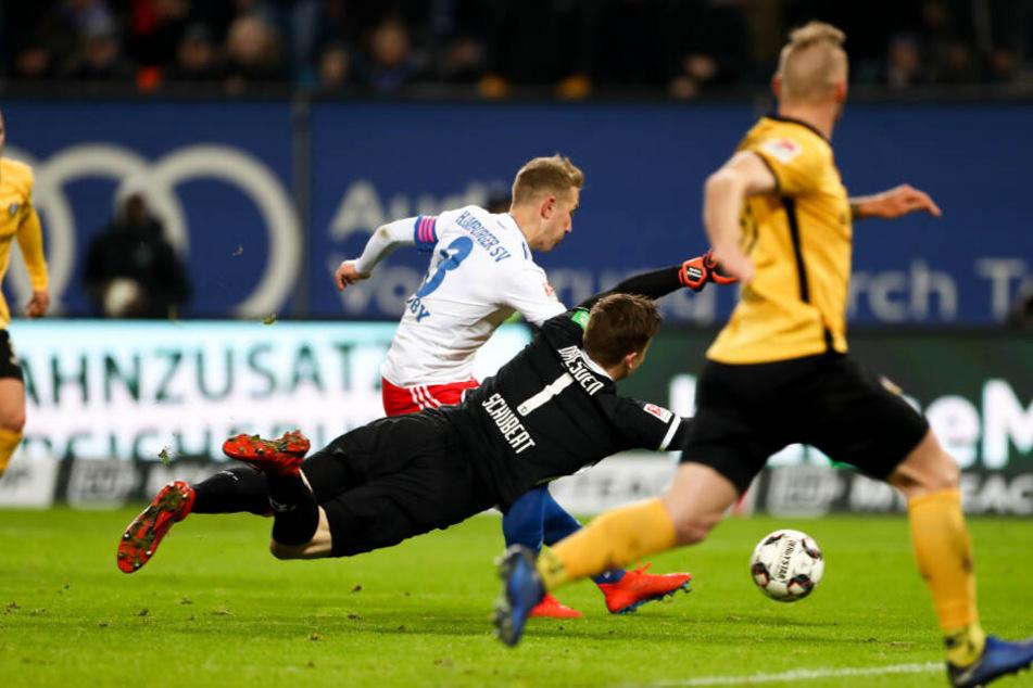Lewis Holtby schießt den Ball an Dynamos Schlussmann Markus Schubert vorbei ins Tor.