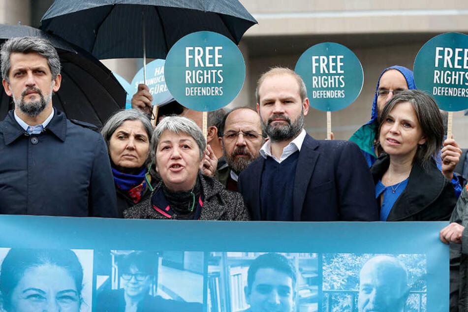 Aktivisten demonstrieren vor einem Gericht in Istanbul (Türkei) gegen den Prozess gegen elf Menschenrechtler, darunter auch der Deutsche Peter Steudtner.