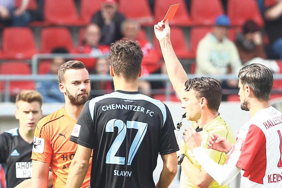 HFC-Keeper Oliver Schnitzler sieht von Schiri Guido Winkmann die Rote Karte.