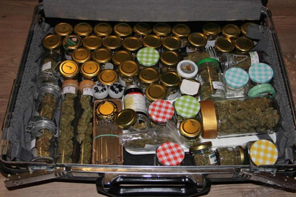 In einem Koffer entdeckten die Beamten fast 60 Gläser mit Marihuana.