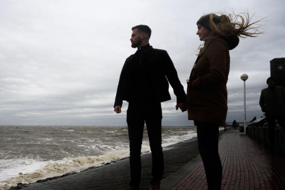 Lena und Erik inmitten des Sturms an der Nordseeküste.