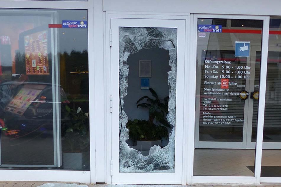 Die Einbrecher zertrümmerten die Scheibe einer Tür neben dem Haupteingang.