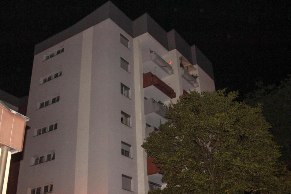 Das Hochhaus in Katzwang wurde von der Polizei komplett durchsucht.