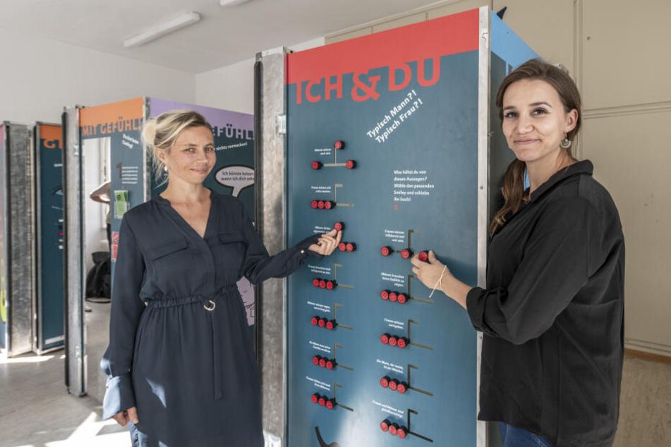 Doreen Strauch (38) von der Beratungsstelle IKOS und Marlene Kneisel (35) von der Frauenhilfe an einer der Ausstellungsstationen.