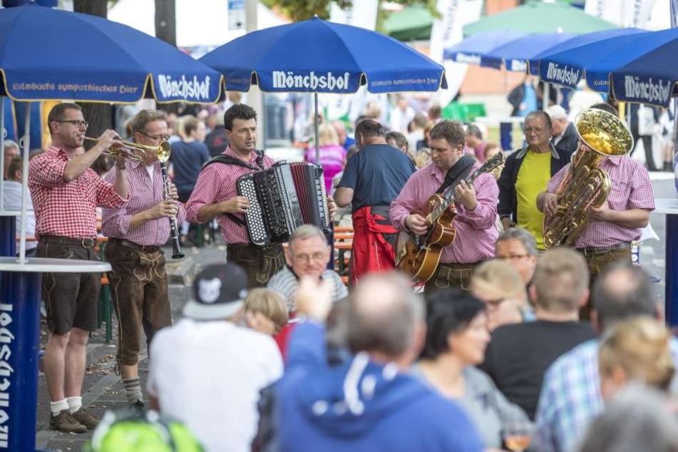 In Bayern wird im Biergarten  traditionell zu zünftiger Blasmusik Bier getrunken.