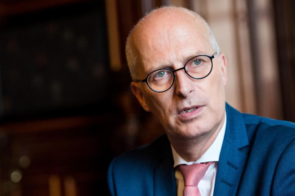 Hamburgs Erster Bürgermeister Peter Tschentscher (SPD) spricht während eines Interviews.