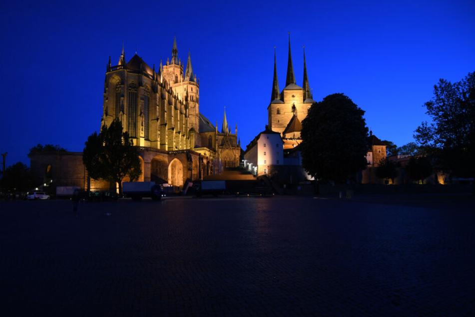 Hier leuchten Dom St. Marien (l) und die Severikirche in Erfurt. In der Earth Hour bleiben sie dunkel.
