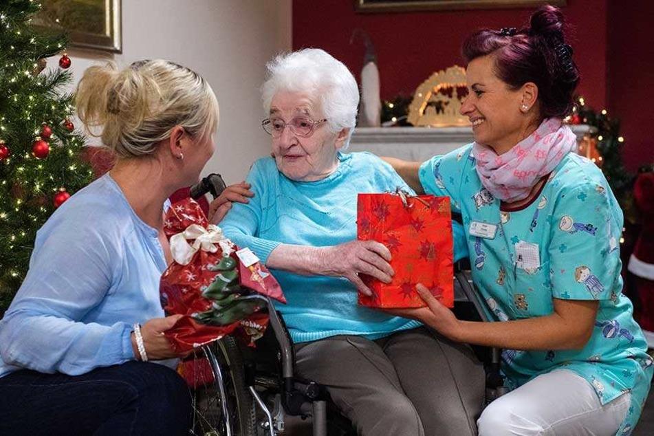 Mitarbeiter der Alloheim Seniorenresidenz sammeln Geschenke für einsame Senioren.