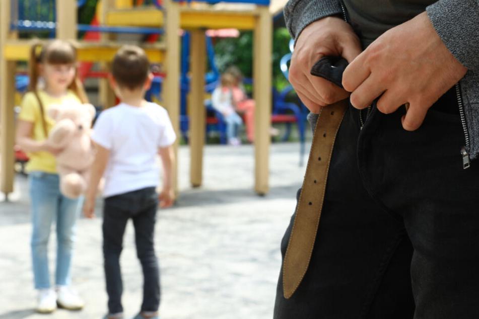 Der Unbekannte zog vor den Kindern die Hose runter und betatschte sich selbst. (Symbolbild)