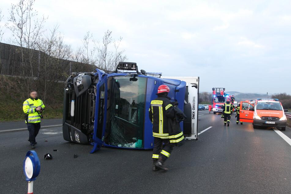 Auf der A72 zwischen Plauen Ost und Treuen kippte am Donnerstagmorgen ein Lkw um.