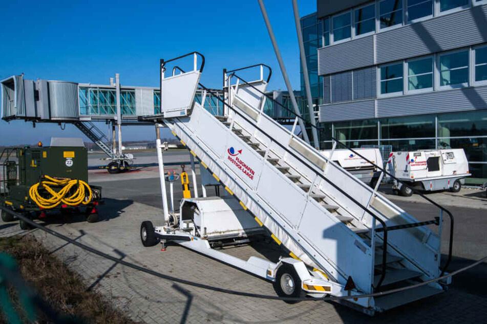 Eine Gangway mit der Ortsangabe Rostock-Laage steht auf dem Flughafen. Lufthansa übernimmt ab Mai die Strecke zwischen Rostock-Laage und München.