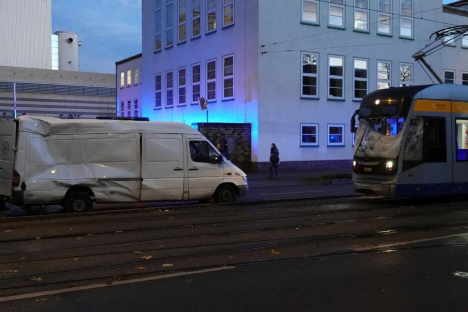 Tram kollidiert mit Kleintransporter, beide Fahrer verletzt