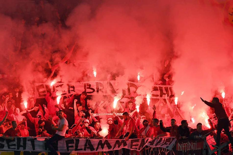 Zur Halbzeit legten die Union-Fans mit einem pyrotechnischen Feuerwerk vor.