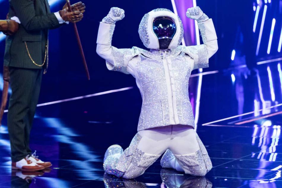 """Als Astronaut verkleidet jubelt Max Mutzke, der Gewinner der ProSieben-TV-Show """"The Masked Singer"""", auf der Bühne."""