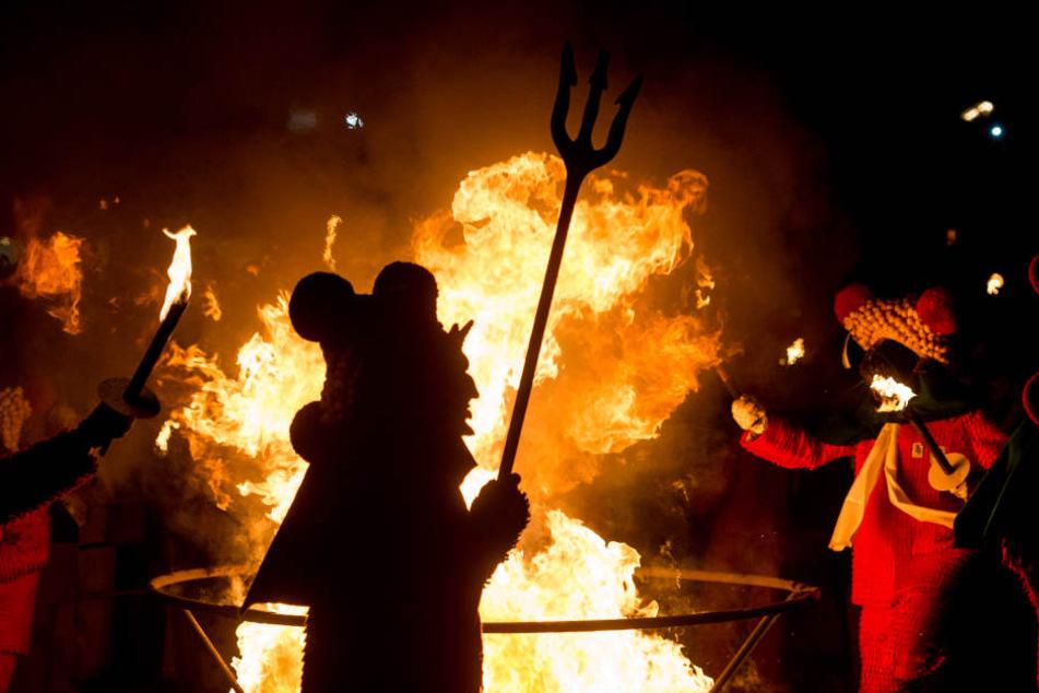 Ein Nachtumzug  in Rottweil, bei dem die Narren ein großes Feuer entzündet haben. (Symbolbild)