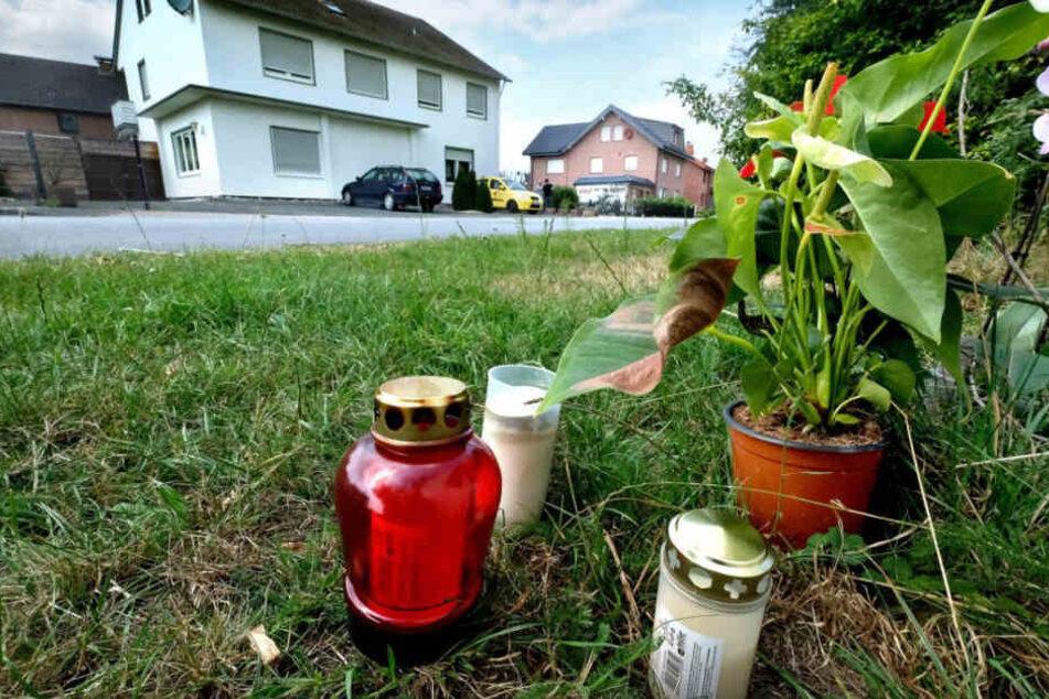 Kerzen und Blumen erinnern an den Tod des 46-Jährigen.