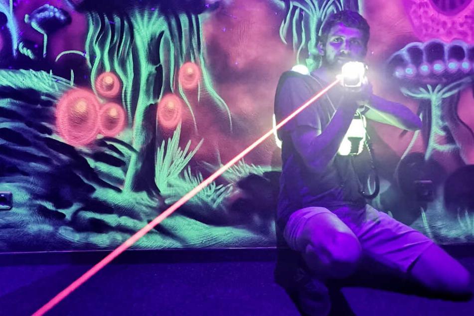 Laserland-Geschäftsführer Sebastian Kroh demonstiert den Einsatz eines Phasers.