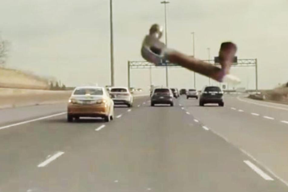 Hier fliegt ein Hammer in die Windschutzscheibe eines Autos!