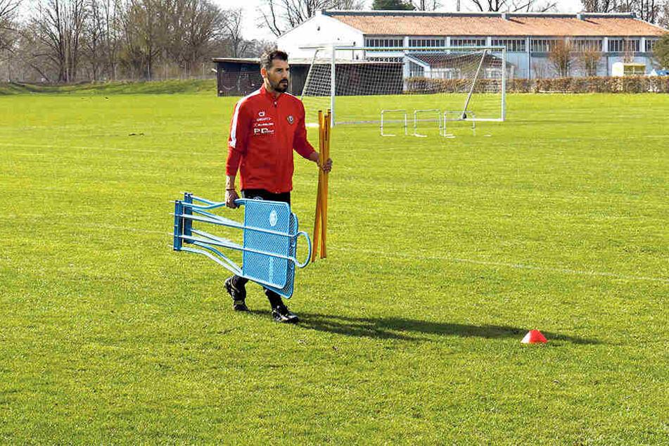 Das war's, das Dynamo-Camp in Bad Gögging ist zu Ende. Coach Cristian Fiel sammelt hier noch ein paar Trainings-Utensilien ein.