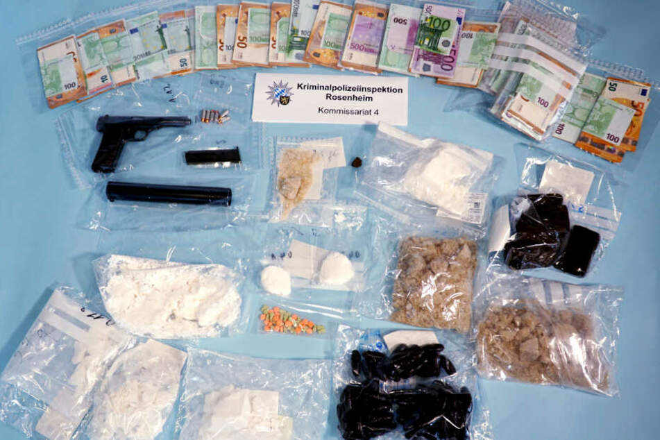 Knapp 77.000 Euro mutmaßliches Drogengeld, über 600 Gramm Kokain, 1,4 Kilogramm Haschisch, 1,8 Kilogramm Amphetamin sowie eine scharfe Schusswaffe mit Munition wurden sichergestellt.