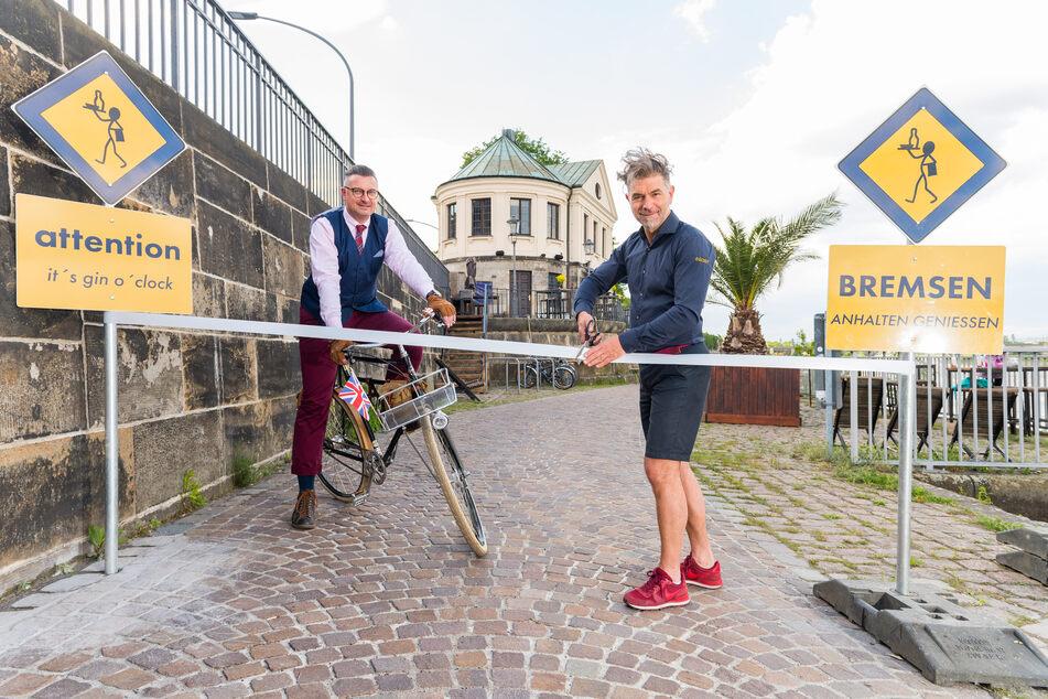 """Radler Daniel Barth (46, l.) bremst am frisch eröffneten Radweg für eine Einkehr ins """"Kobalt"""" von Clemens Lutz (49) ab."""