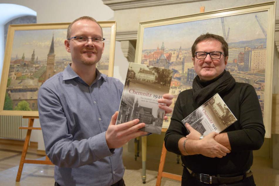 """Stefan Thiele (38) und Uwe Fiedler (58) zeigen ihr neues Buch """"Chemnitz 1945. Das Stadtbild vor und nach der Zerstörung""""."""
