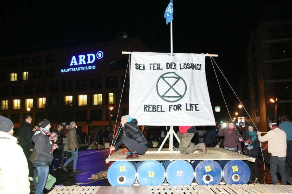 Anhänger von Extinction Rebellion protestieren direkt vor dem ARD-Hauptstadtstudio.
