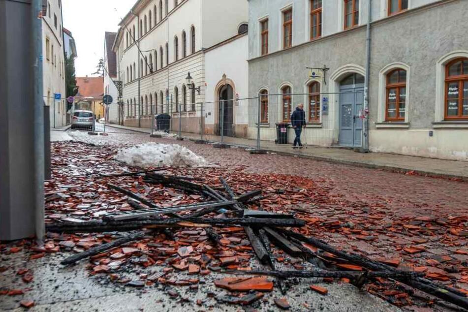 Bei dem Brand fielen auch Trümmerteile auf die Straße.
